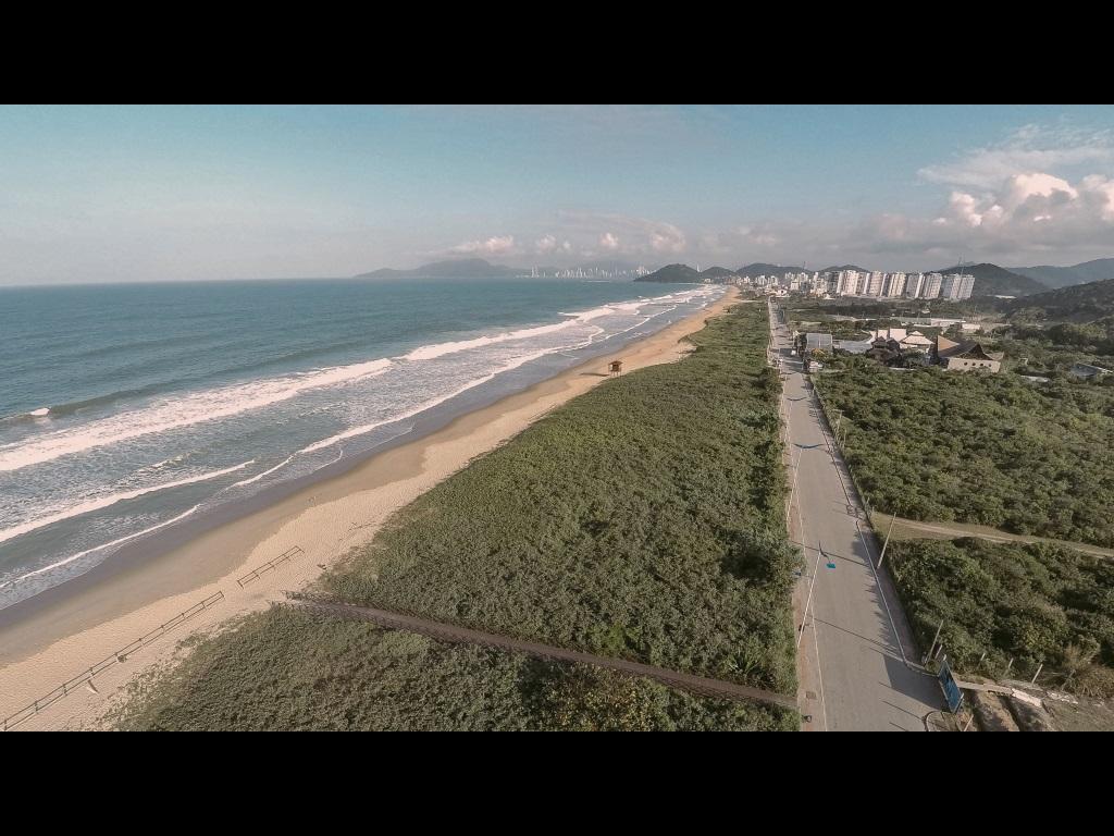 Restingas e vegetação de dunas bem preservadas na parte Sul da Praia Brava de Itajaí.